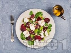 Спаначена салата с козе сирене, червено цвекло, морков, семена и дресинг - снимка на рецептата
